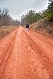 страны женщина дороги вниз старшая гуляя Стоковое фото RF