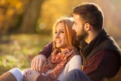 Страстная любовь в парке осени Молодая пара стоковое фото