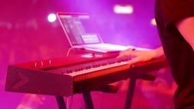 Страстный музыкант выполняет песню на электрическом рояле акции видеоматериалы