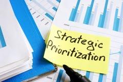 Стратегический Prioritization Документы и папка с бумагами стоковые изображения rf