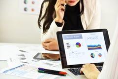 Стратегия бизнеса планируя, бизнес-леди обсуждает и рассматривает документы данных Стоковые Изображения