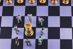 Стратегия плана ведущая успешной концепции бизнеса лидер Диаграмма бизнесмен миниатюрных людей малая стоя вокруг короля стоковая фотография