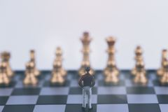 Стратегия плана ведущая успешной концепции бизнеса лидер Диаграмма бизнесмен миниатюрных людей малая стоя самостоятельно стоковая фотография