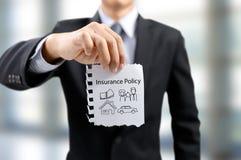Страхование бизнесмена присутствующее с деньгами, автомобилем, семьей, людьми, домом стоковые изображения rf