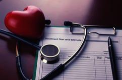 Страхование бумаги стетоскопа кардиолога стоковые фотографии rf