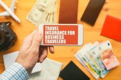 Страхование перемещения для приложения мобильного телефона деловых путешественников онлайн стоковые изображения rf