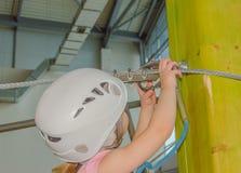 Страхование Carabiner носит девушку в белом шлеме на объявление Стоковая Фотография