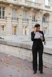 Страховой инспектор говоря на телефоне с клиентом, молодая женщина rejoic стоковая фотография