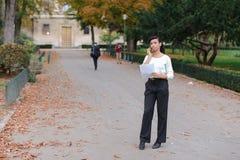 Страховой инспектор говоря на телефоне с клиентом, молодая женщина rejoic стоковая фотография rf