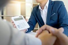 Страховой инспектор и клиент бизнесмена Yound Стоковое фото RF
