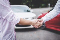 Страховой инспектор и клиент тряся руки после контакта заявки, Стоковые Фотографии RF