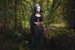 Страшная ведьма девушки в лесе Стоковые Фотографии RF