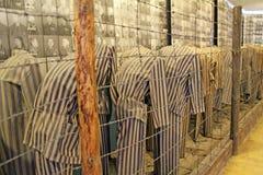 Страшная выставка при одежды пленников показанные в концентрационном лагере Стоковая Фотография