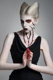 Страшная девушка с кровопролитным искусством тела стоковые изображения
