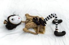 Страшная кукла steampunk лежа на задних поднятых коленях Стоковое Фото
