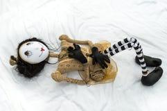 Страшная кукла steampunk лежа на задних поднятых коленях Стоковые Фотографии RF