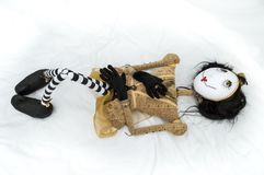 Страшная кукла steampunk лежа на задних поднятых коленях Стоковые Изображения