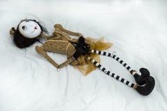 Страшная кукла steampunk лежа на задних протягиванных ногах Стоковые Изображения