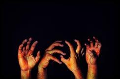 Страшная рука ужаса с синяком на темноте кровопролитная рука на bl стоковые изображения