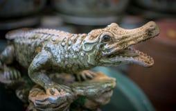 Страшная скульптура крокодила с красными глазами стоковая фотография