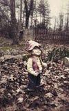 Страшная статуя мальчика лужайки Стоковые Фото