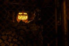 Страшная темная тыква хеллоуина ночи стоковые изображения