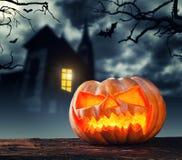 Страшная тыква хеллоуина с предпосылкой ужаса Стоковая Фотография RF
