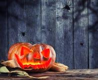Страшная тыква хеллоуина с предпосылкой ужаса Стоковые Фотографии RF
