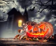 Страшная тыква хеллоуина с предпосылкой ужаса Стоковые Фото