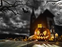 Страшная тыква хеллоуина с предпосылкой ужаса Стоковое фото RF