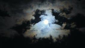 Страшное полнолуние и темные облака на ноче 4k видеоматериал