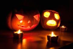 Страшные Джек-o-фонарики тыквы и дыни хеллоуина на черной предпосылке осветили с малым кругом и свечами звезды Стоковая Фотография RF