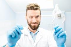 Страшный дантист смотря камеру Стоковая Фотография RF
