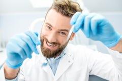 Страшный дантист смотря камеру Стоковое Изображение RF