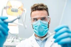 Страшный дантист смотря камеру Стоковые Изображения RF