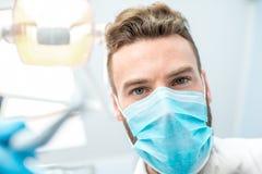 Страшный дантист смотря камеру Стоковое Изображение