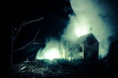 Страшный взгляд зомби на дереве кладбища мертвом, луне, церков и пугающем облачном небе с туманом, концепцией хеллоуина ужаса Стоковое Изображение RF