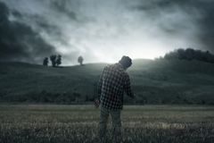 Страшный идти человека зомби внешний стоковые фото