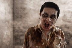 Страшный идти человека зомби крытый стоковая фотография