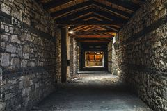 Страшный интерьер чердака на покинутом здании Стоковая Фотография