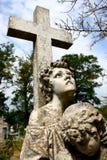 Страшный каменный крест с статуей в кладбище Стоковое Изображение RF