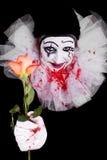 Страшный клоун дает телезрителям розу стоковые фотографии rf