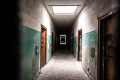 Страшный коридор тюрьмы стоковая фотография rf