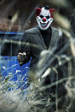 Страшный клоун имея потеху ужасать Стоковое фото RF