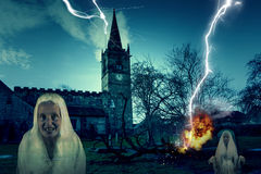 Страшный погост церков с молнией и призраком Стоковые Фотографии RF