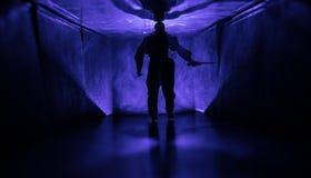 Страшный силуэт в здании покинутом темнотой Ужас о маниакальной концепции или темный коридор с дверями шкафа и света с стоковое фото rf