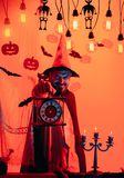 Страшный хипстер с бородой в шляпе ведьмы и рубашке шотландки Человек хеллоуина с улыбкой на темной предпосылке Волшебник, знахар стоковое изображение
