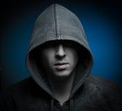 Страшный человек зомби с клобуком в темноте Стоковая Фотография