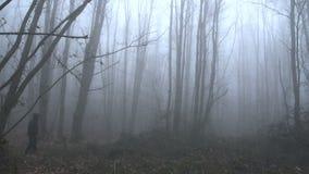 Страшный человек идя в туманный лес SF видеоматериал