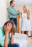Страдание сына родителей спорит стоковая фотография